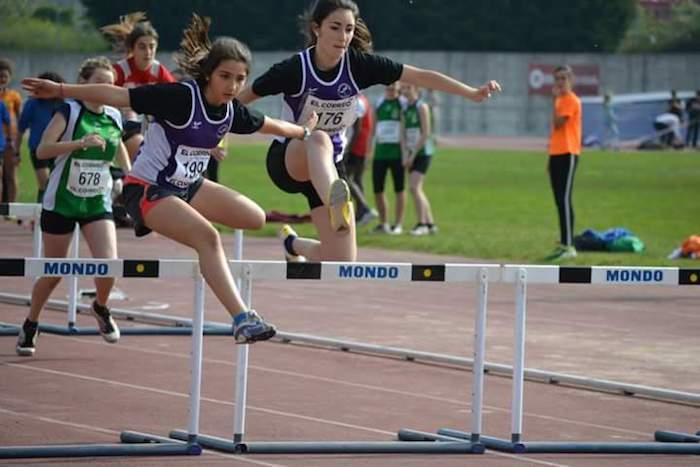 Chicas del Santurtzi en carrera salto de vallas