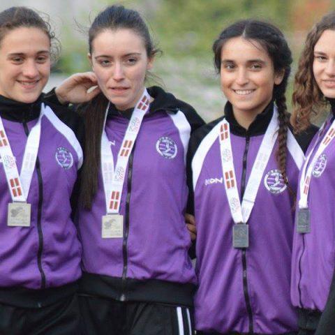 Chicas con medalla del club de atletismo Santurtzi